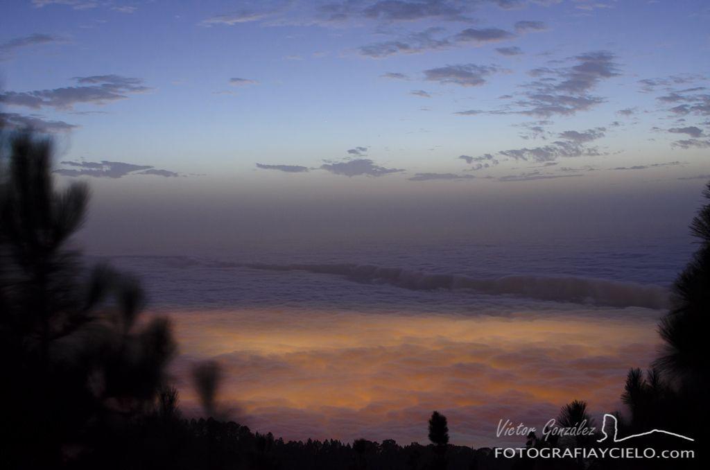 Escalón en el mar de nubes al anochecer