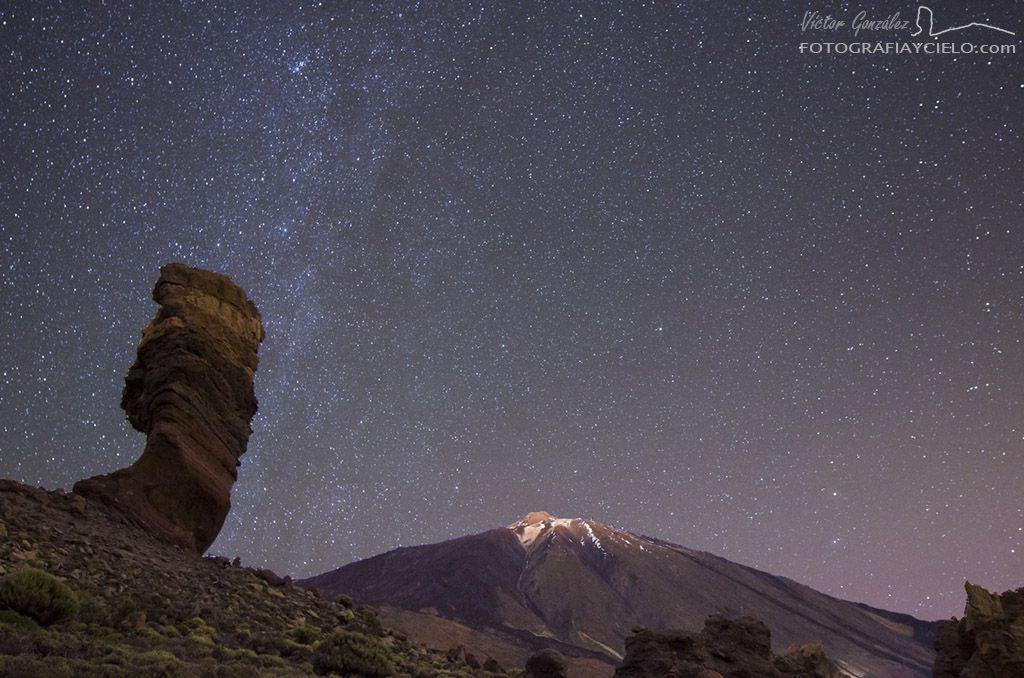 Paisaje nocturno con el Árbol de Piedra y el Teide