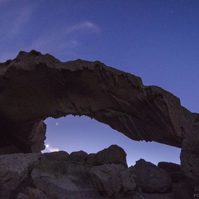 Conjunción de la Luna y Venus bajo arco de piedra