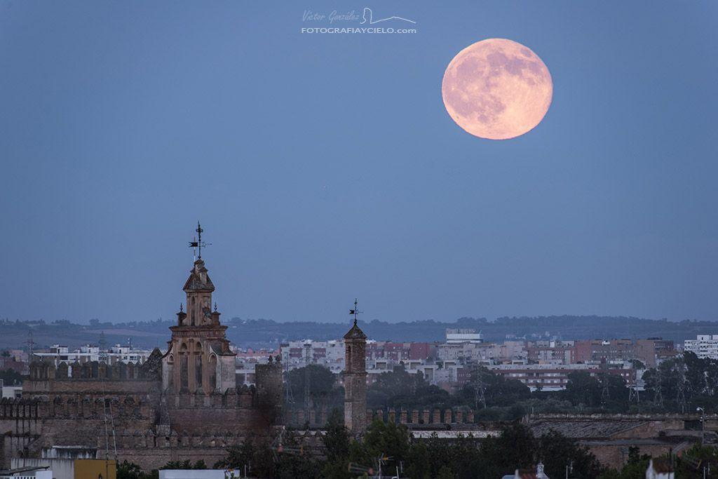 Luna azul sobre la ciudad