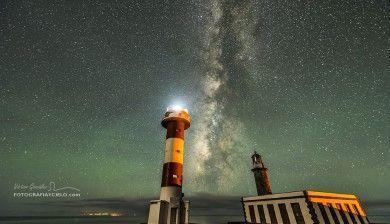Vía Láctea entre dos faros