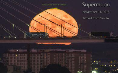SuperLuna tras el puente del V Centenario en Sevilla el 14 de noviembre de 2016